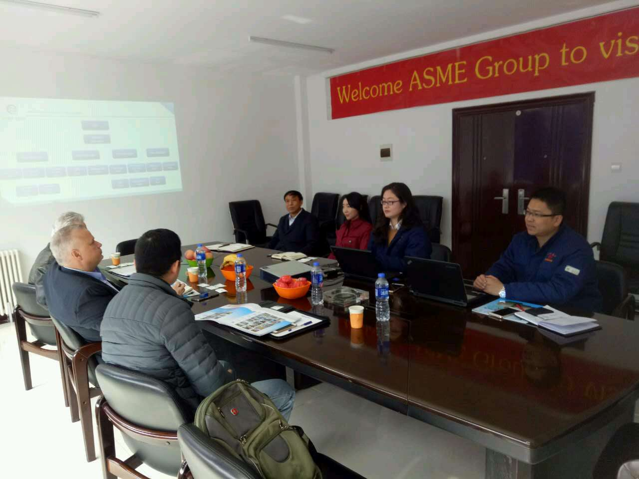 US customers visit LNBF for business negotiations and sign.